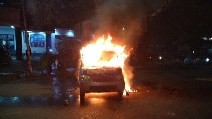 Demo Tolak Omnibus Law UU Cipta Kerja Ricuh, Massa Bakar Ambulans Berlogo Nasdem