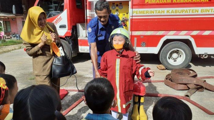 Kenakan Seragam Pemadam Kebakaran Lengkap, Anak TK Permata Bintan Kunjungi UPT Damkar Toapaya