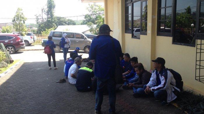 Puluhan Anggota Aliansi Buruh Kawal Rapat Penetapan UMS di Disnaker Batam