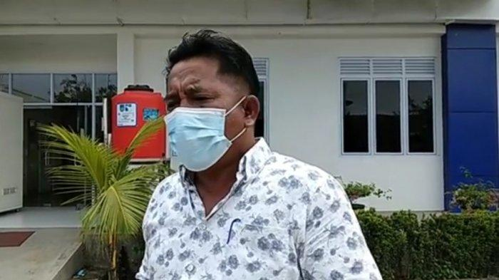 Anggota DPRD Kota Batam, Tumbur Hutasoit meminta pemerintah mengkaji ulang kebijakan Kemenkes dalam mengeluarkan laboratorium yang berhak mengeluarkan surat hasil swab PCR sebagai salah satu syarat terbang. Ini ia sampaikan karena keterbatasan jumlah sampel yang bisa diperiksa pada fasilitas kesehatan yang ditunjuk.