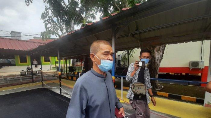 KPK Panggil Anggota DPRD Bintan Muhammad Yatir. Foto anggota DPRD Bintan Muhammad Yatir saat meninggalkan Polres Tanjungpinang, Selasa (6/4/2021).