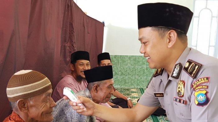 Anggota Polres Anambas Cek Suhu Tubuh Jamaah Musala di Anambas, Cegah Covid-19