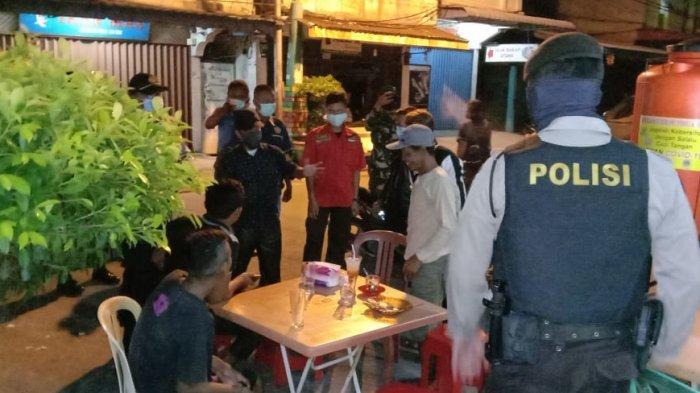Dibantu Ormas, Polsek Balai Karimun Sisir Sejumlah Lokasi, Tegakkan Maklumat Kapolri Cegah Corona