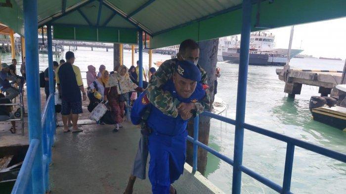 Inilah Aipda Yoyok Sumantri, Anggota Polisi yang Gendong Penumpang Lansia di Pelabuhan Bintan