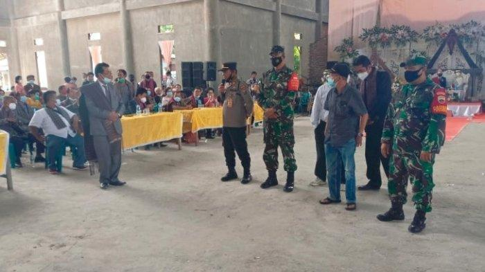 Petugas membubarkan pesta pernikahan di sebuah wisma yang beralamat di Desa Parik Sabungan, Kecamatan Silangit, Kabupaten Tapanuli Utara, Sabtu (22/5/2021)