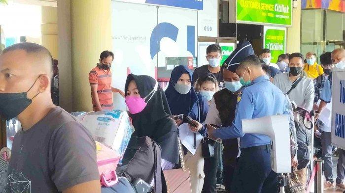 Bandara Hang Nadim Padat, Calon Penumpang Antre Panjang Tinggalkan Batam. Foto kondisi di Bandara Hang Nadim Batam, Senin (3/5/2021).