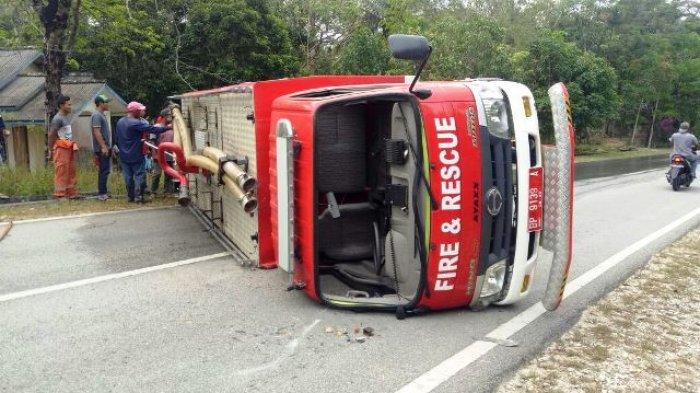 Truk Pemadam Kebakaran Karimun Terbalik Tutupi Badan Jalan, Kasi PMK dan 2 Anggotanya Jadi Korban