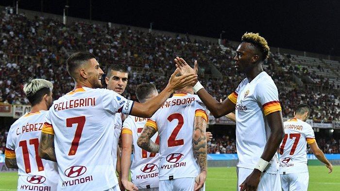 Hasil Liga Italia Salernitana vs AS Roma  - AS Roma menang 4-0 atas Salernitana di pekan 2 Liga Italia 2021-2022. Lorenzo Pellegrini (kiri) cetak dua gol, selebrasi dengan Tammy Abraham yang mencetak 1 gol, Minggu (29/8/2021).