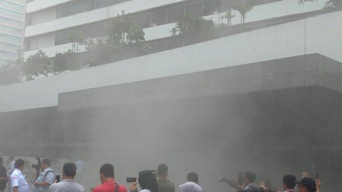 Asap Membumbung Tinggi dari Gedung Nusantara III DPR, Ketua MPR, Bambang Soesatyo Dievakuasi
