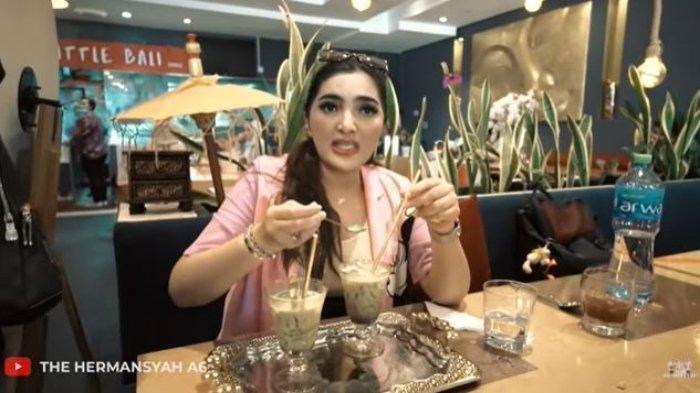 Ashanty minum es cendol emas di Dubai.