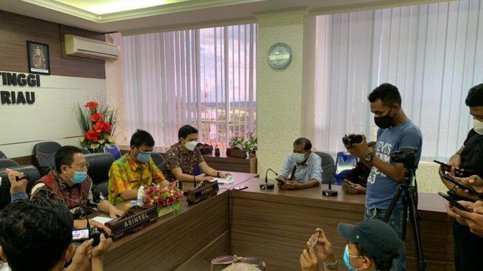 OTT DI BINTAN - Asintel Kejati Kepri Agustian saat konferensi pers di Kejati Kepri. Dua oknum pegawai tata usaha dan seorang waga sipil diamankan karena memeras kepala desa di Bintan, Rabu (30/6).