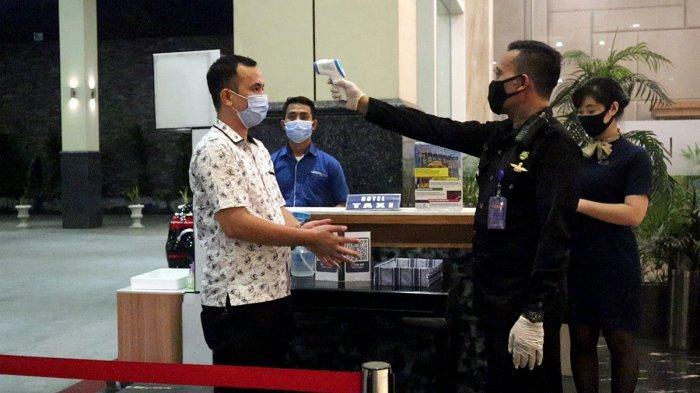 Pengecekan suhu tubuh bagi pengunjung di ASTON Batam Hotel and Residence. Hotel bintang empat di Kota Batam, Provinsi Kepri ini menerima sertifikasi 'Safe Travels' dari World Travel & Tourism Council (WTTC).