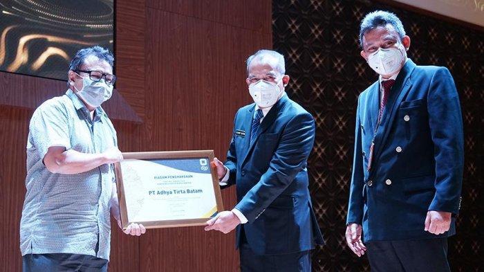 Direktur Keuangan ATB, Asriel Hay saat menerima penghargaan dari Direktorat Jenderal Pajak (DJP) Sebagai Kontributor Terbesar Penerimaan Pajak KPP Batam Selatan. ATB telah berkontribusi besar bagi Batam,d an kini dilirik oleh daerah lain di Indonesia.