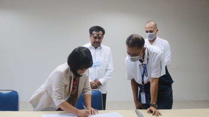 Manager HCD ATB, Sudarsono, didampingi Manager Legal ATB, Fuad Yulmardi menyerahkan secara simbolis bantuan pendidikan kepada Pusat Kegiatan Belajar Masyarakat (PKBM) Budiman Drestanta Tiyasa.