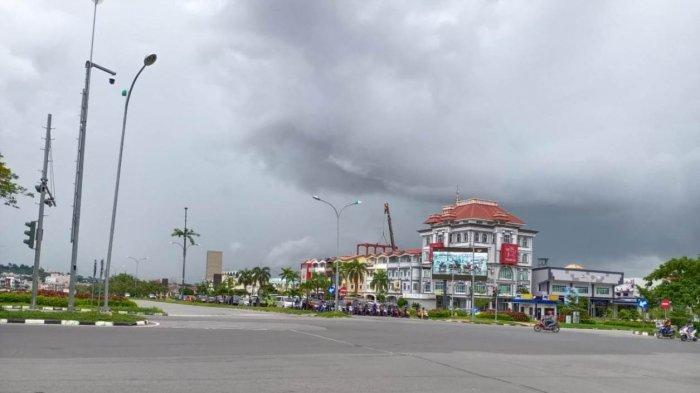 Kondisi langit Kota Batam, Provinsi Kepri, Jumat (5/6/2020) siang. BMKG memprediksi hujan disertai petir diprediksi masih terjadi di Kota Batam.