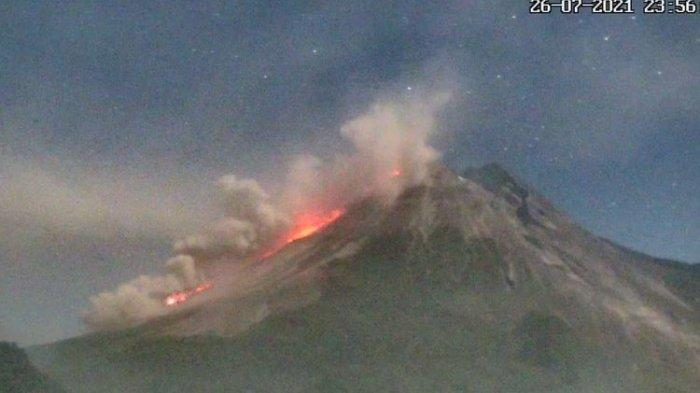 Mount Merapi Spews Hot Clouds and Ash from its Peak, Slide Distance for 3 KM