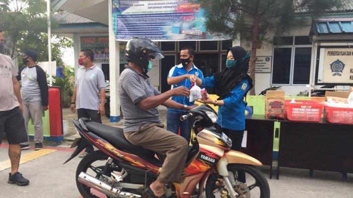 Berbagi Saat Ramadhan, KNPI Bagikan Masker dan Takjil ke Warga di Anambas