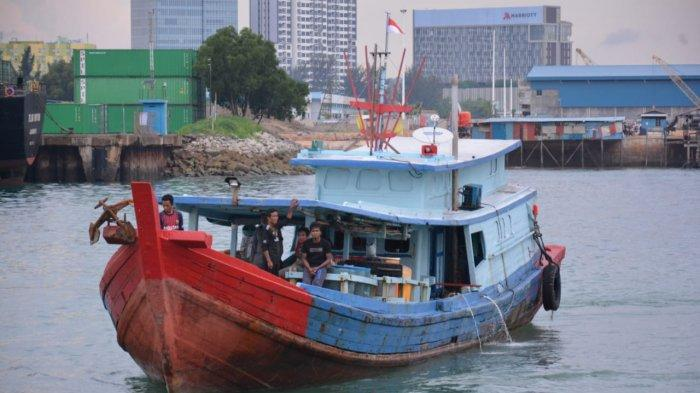 Nelayan Indonesia setelah dijemput Bakamla RI dari perairan Malaysia, Selasa (11/5/2021).