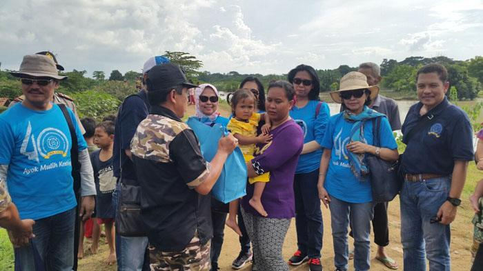 IKA UNS Peduli Korban Bencana Banjir di Bekasi - baksos-ikatan-keluarga-alumni-universitas-negeri-sebelas-maret-2_20160501_155304.jpg