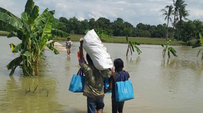 IKA UNS Peduli Korban Bencana Banjir di Bekasi - baksos-ikatan-keluarga-alumni-universitas-negeri-sebelas-maret4_20160501_155405.jpg