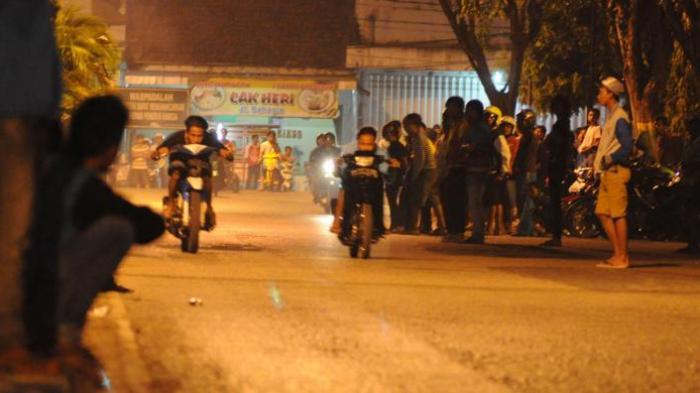 Bubarkan Balap Liar, Polisi Ini Justru Ditabraklari Geng Motor. Pelaku Juga Tabrak Mobil Warga