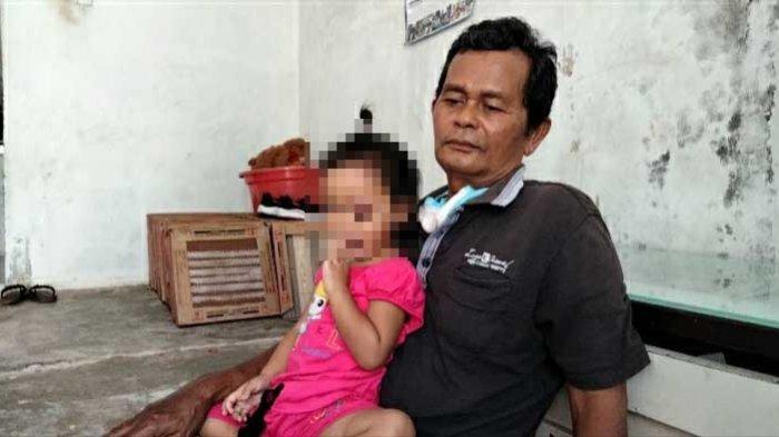 Fitri Aisyah bersama Sang Ayah, Sukateman saat ditemui di rumahnya, Kamis (11/3/2021).