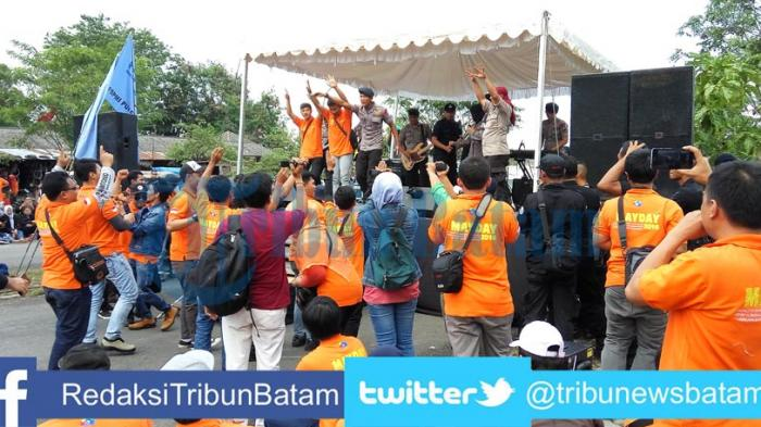 BEDA DARI BIASA. Anggota Band Polda Kepri Naik Panggung Hibur Buruh Saat Peringati May Day