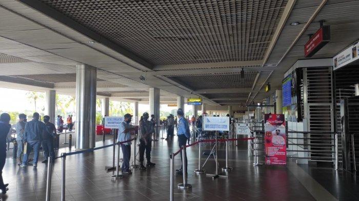 BANDARA HANG NADIM BATAM - Suasana terminal keberangkatan Bandara Hang Nadim Batam, Kamis (15/7/2021). Sebanyak 58 penumpang asal Padang yang lolos terbang ke Batam membawa hasil Rapid Test Antigen saat PPKM Darurat Batam masih jadi sorotan.