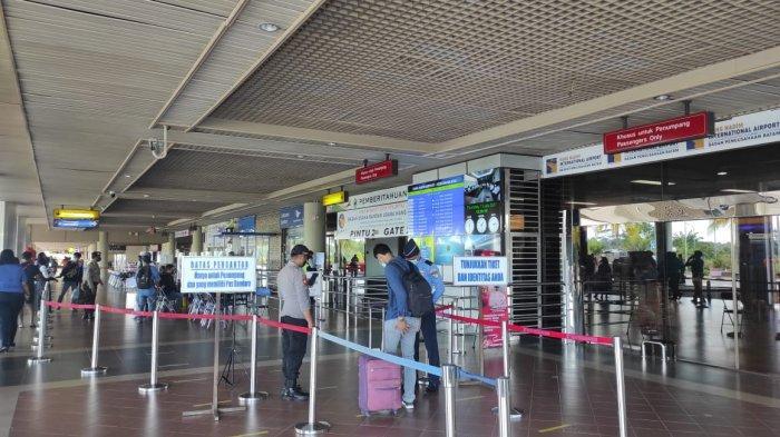 BANDARA HANG NADIM BATAM - Kondisi terminal keberangkatan Bandara Hang Nadim Batam selama masa PPKM Level IV yang tampak sepi.