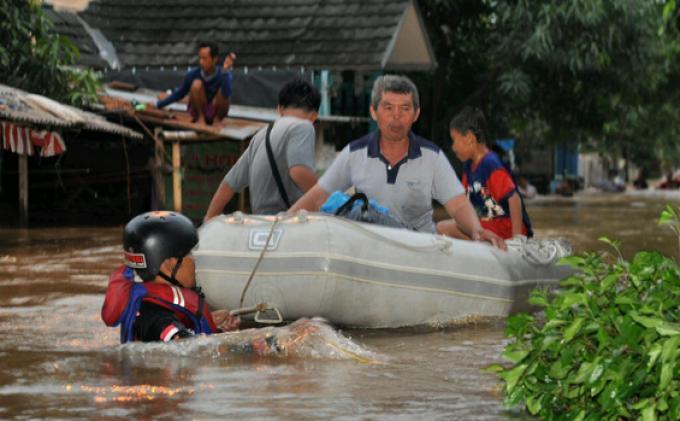 Terkendala Perahu Karet, Warga Pilih Terobos Banjir Keluar dari Rumah