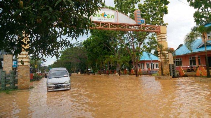 Banjir di garis start Tour de Bintan Simpang Lagoi, Bintan, Selasa (2/5/2017).