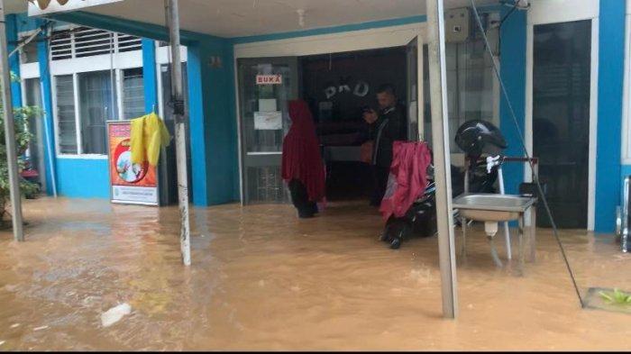 Kantor Badan Keuangan Daerah atau BKD Anambas di samping rumah dinas Bupati Anambas tergenang air hingga selutut orang dewasa, Minggu (20/12/2020).