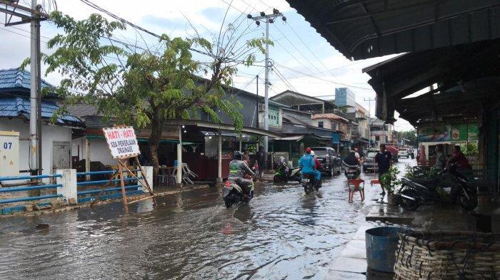 Hujan Lebat di Tanjung Uban, Air Parit Meluap Hingga ke Menutup Jalan