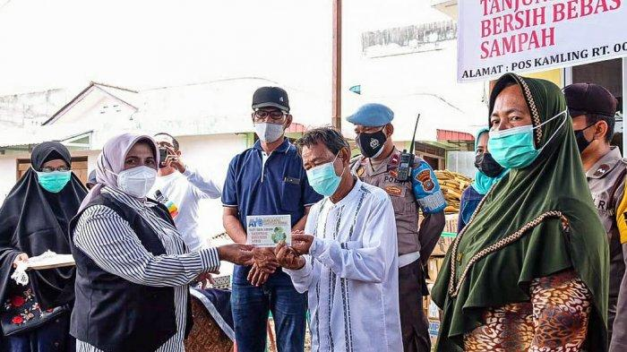 Wali Kota Tanjungpinang, Rahma meresmikan Bank Sampah Hangtuah Permai dengan memotong pita sekaligus penyerahan buku tabungan kepada peserta, Minggu (21/2/2021).