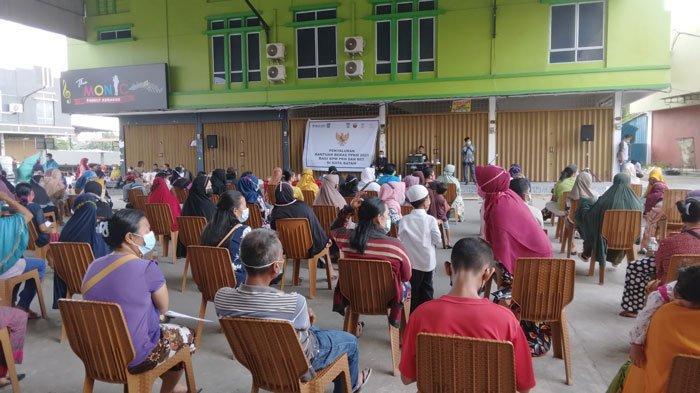 Warga Sei Pelunggut Terima Bantuan Beras PPKM, Wagub Kepri: Belum Dapat Mohon Sabar