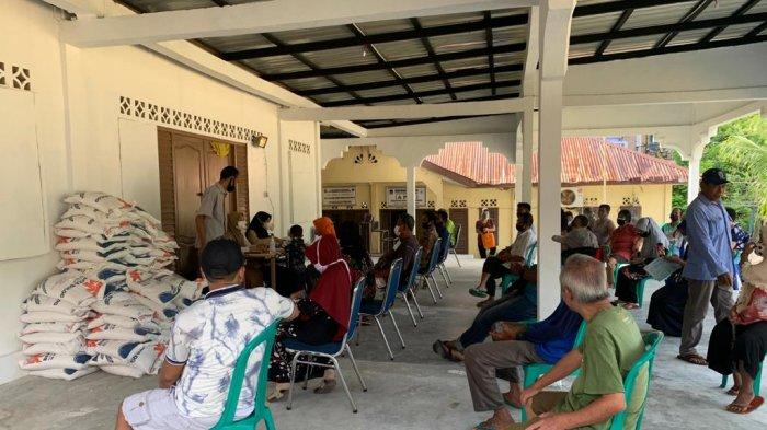 Warga Anambas meneriman Bantuan Beras PPKM sebanyak 10 Kilogram. Dinas Sosial Pemberdayaan Perempuan dan Perlindungan dan Pemberdayaan Masyarakat Desa ( Dinsos P3APMD) melalui kantor Pos salurkan bantuan PPKM berupa beras Bulog kepada 4.043 KPM yang berada di Kepulauan Anambas.