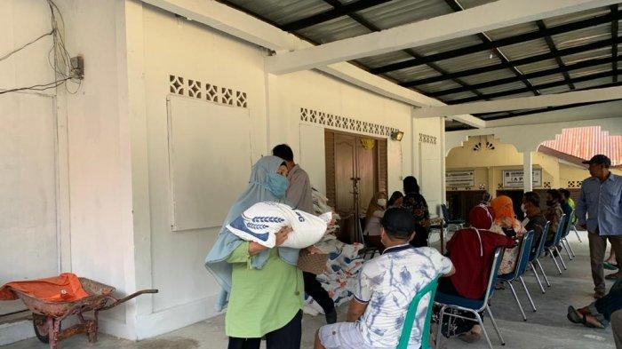 Warga Anambas Terima Bantuan Beras PPKM, Total 4.043 Keluarga Penerima Manfaat