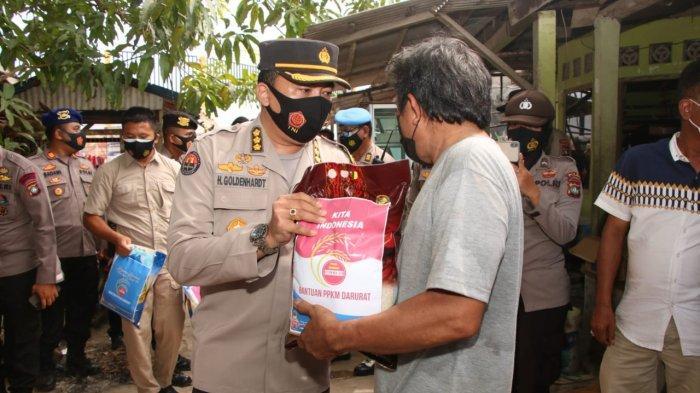 Kapolda Kepri Irjen Pol Aris Budiman bersama rombongan saat membagikan bantuan beras ke warga terdampak PPKM Darurat Batam, Senin (19/7/2021).