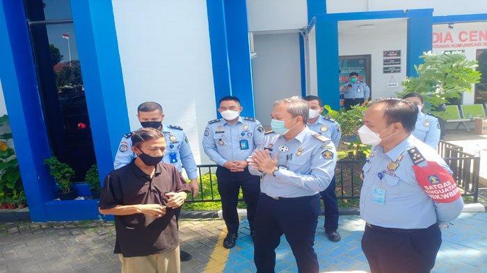 Kepala Kantor Imigrasi Kelas I Khusus TPI Batam, Ismoyo saat memberikan bantuan kepada perwakilan warga di halaman kantor Imigrasi Batam. Kamis, (29/7/2021).