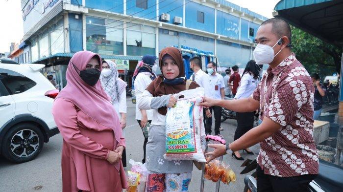 Wali kota Tanjungpinang Rahma memberikan bantuan kepada pelaku Usaha Mikro Kecil Menengah (UMKM), pedagang kaki lima, gerobak dan tenda yang berada di kawasan komplek Bintan center KM. IX, Rabu (4/8).