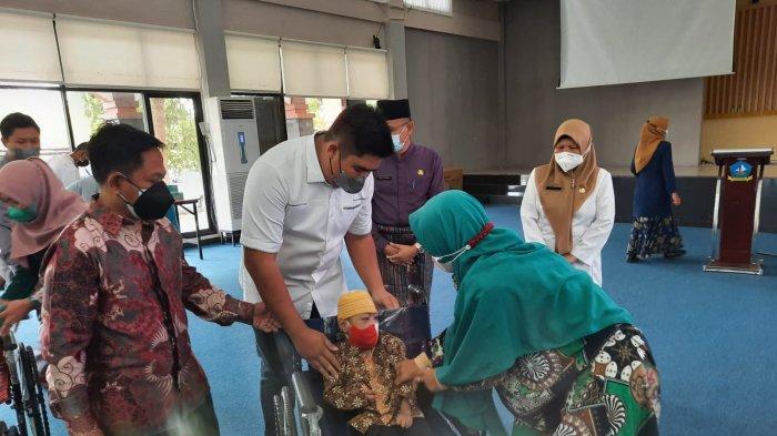 Siti Ngaisyah Ucap Syukur Dapat Kursi Roda untuk Anak Bantuan Angkasa Pura II