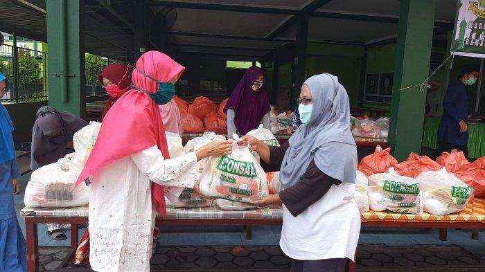 Sejumlah warga mendatangi Yayasan Darul Mukmin untuk mengambil bantuan paket bahan pokok, Jumat (8/5/2020). Ilustrasi
