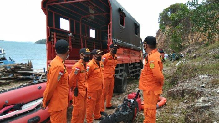 Basarnas Tanjungpinang Gerak ke Batam, Cari Korban Terseret Arus di Pantai Tanjung Piayu. Foto anggota Basarnas persiapan untuk melakukan pencarian, Minggu (7/2/2021).