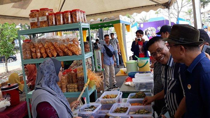 Kepala Dinas Kebudayaan dan Pariwisata (Disbudpar) Kota Batam, Ardiwinata saat membuka Bazar Batam Wonderfood Ramadhan, Sabtu (11/5/2019)