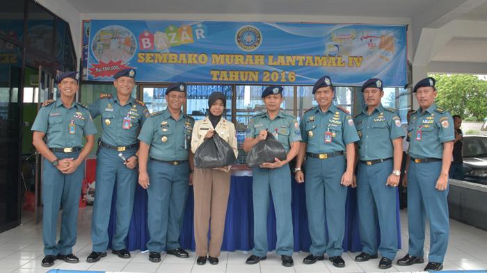 Wadan Lantamal IV Buka Bazaar Sembako Murah - bazar-sembako-murah-lantamal-iv_20160627_231629.jpg