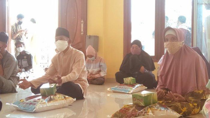 Penyerahan zakat bantuan program Jumat Berkah Sebutir Beras, Segenggam Kasih Sayang dari ASN Pemko Tanjungpinang, Jumat (26/2/2021).