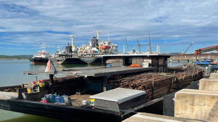 BATAM CUSTOMS - Thousands of wooden puzzles on ships caught by Batam Customs
