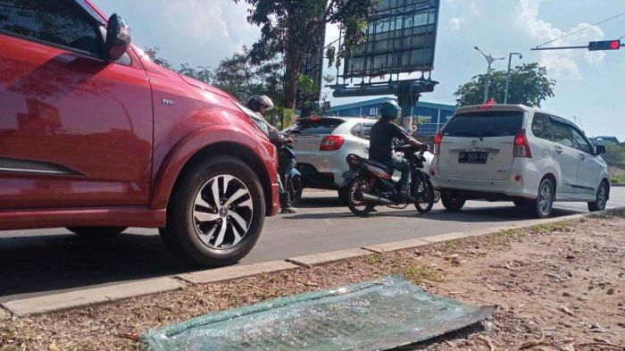KECELAKAAN Beruntun di Batam, Satu Pengendara Motor Tewas di Tempat. Foto serpihan kaca bekas kecelakaan di Simpang Ruko Grand Niaga Mas, Batam Center, Kota Batam, Provinsi Kepri, Minggu (18/4/2021).