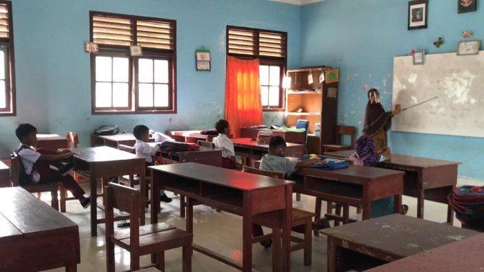 DISDIK BINTAN - Disdik Bintan memberlakukan belajar dari rumah untuk sejumlah wilayah di Kabupaten Bintan. Tampak aktivitas belajar tatap muka di SDN 002 Teluk Bintan, Kabupaten Bintan, Provinsi Kepri, Senin (2/11/2020).