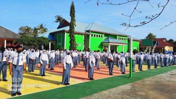 Hari pertama SMA Negeri 1 Singkep belajar tatap muka. Tampak 50 persen siswa sedang melakukan apel rutin setiap pagi, Senin (22/2/2021).